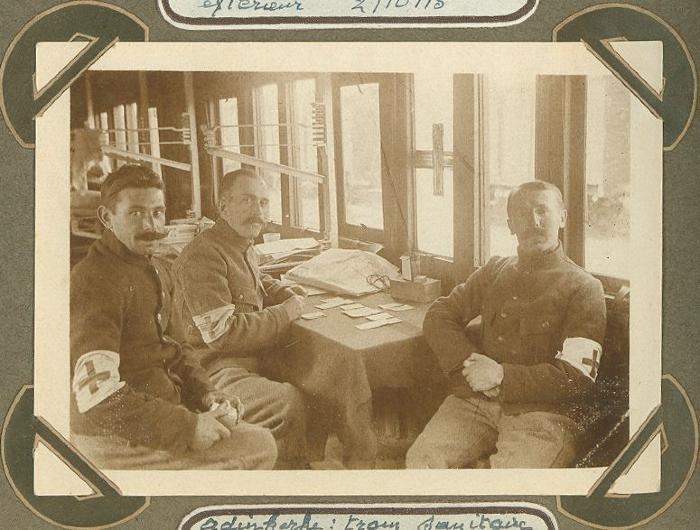 Rode Kruismedewerkers in Rode Kruistrein, Adinkerke 2 oktober 1915