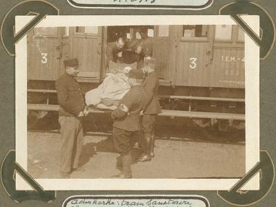 Gewonde wordt in Rode Kruistrein geladen, Adinkerke 2 oktober 1915