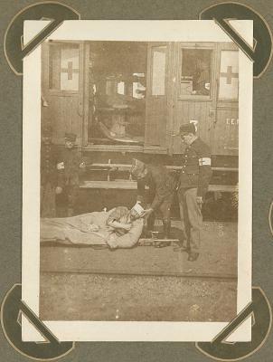Gewonde klaar voor transport met Rode Kruistrein, Adinkerke 2 oktober 1915