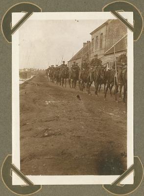 Lansiers komen terug van oefening, Adinkerke 13 oktober 1915