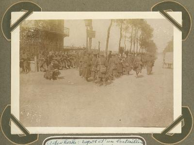 Bataljon rust uit na mars, Adinkerke 6 oktober 1915