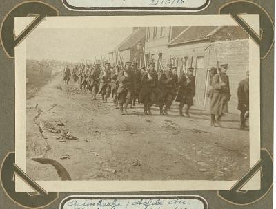 Optocht soldaten 8ste linie, Adinkerke 2 oktober 1915