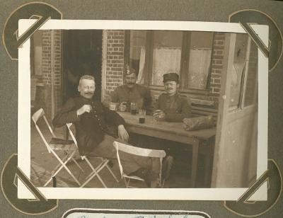 3 militairen op terras, 1915