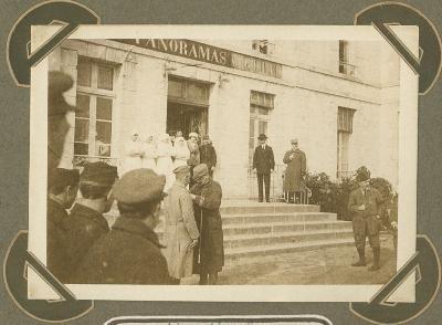 Fransman wordt gedecoreerd,  St. Briac (Fr.) 5 maart 1916