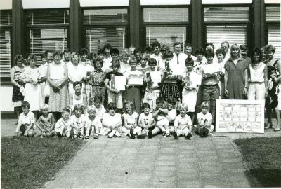 Leerlingen 6de leerjaar ontvangen diploma, Lichtervelde, juni 1986