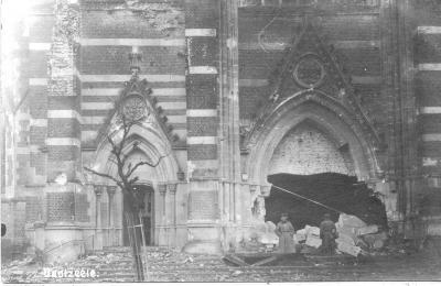 Duitse soldaten bij puin aan ingang kerk, Dadizele