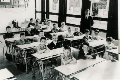 Klasfoto eerste leerjaar met onderwijzer Roger Verhaeghe, 1964