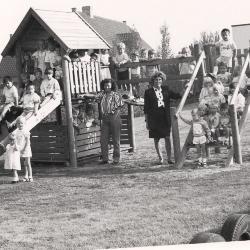 """De kleutertjes samen met hun juf op het """"nieuwe"""" speelbelfort, Lichtervelde, najaar 1989"""