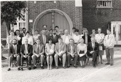 """Uitreiking van getuigschrift """"Aanstelling tot gemachtigde opzichter"""" door het gemeentebestuur, Lichtervelde, najaar 1989"""