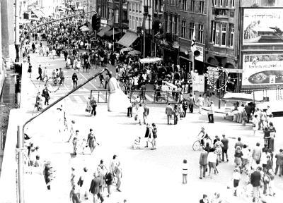 Batjes, menigte op de Grote Markt, 1975