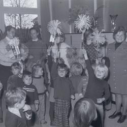 Schoolkinderen op bezoek in Rust- en verzorgingstehuis, Moorslede 1975