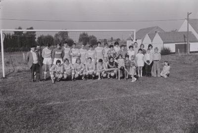 Groepsfoto's van voetbalploeg The Jumbo's, Moorslede september 1975