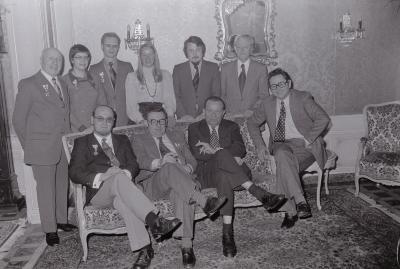 Groepsfoto met leden Rode Kruis Moorslede in Westhove, april 1975