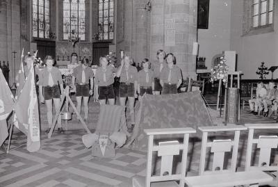 Chriojongeren poseren in kerk, Moorslede juni 1975
