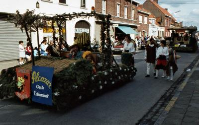 Tap en Torrestoet Dadizele: praalwagen versierd met tuinmateriaal; 15 mei 1983