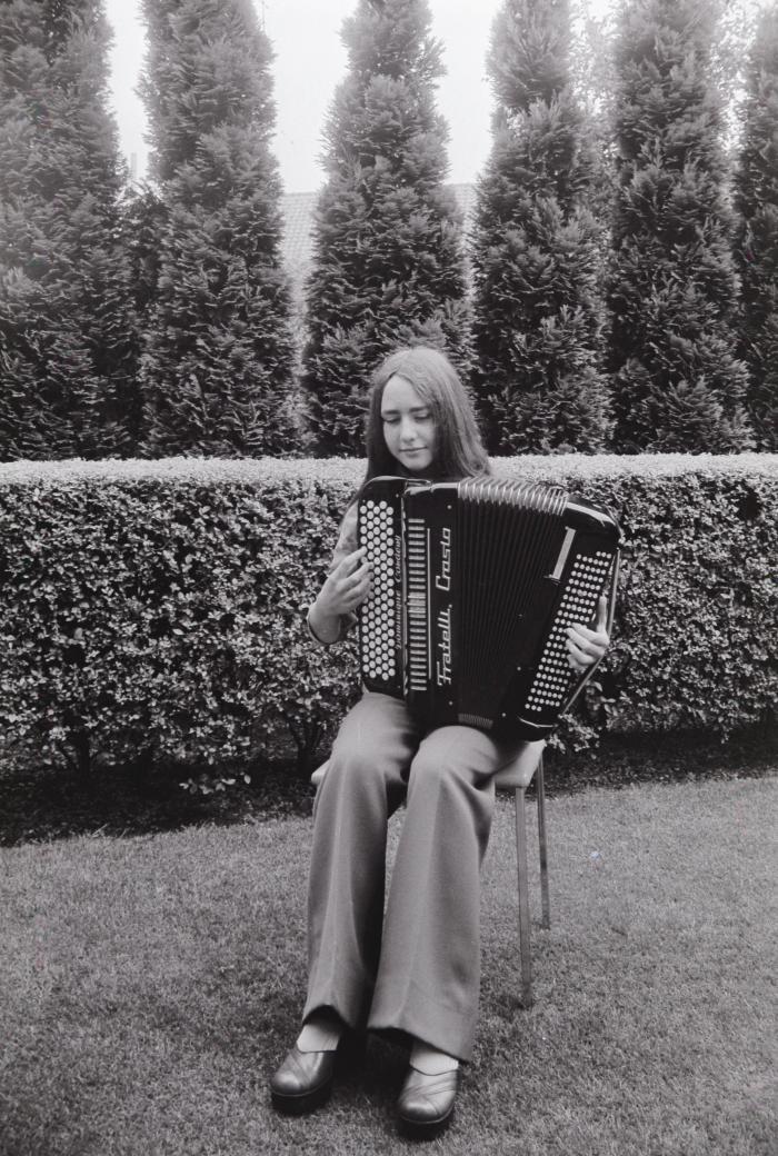 Dominique Cordeny speelt accordeon, Westrozebeke juni 1975