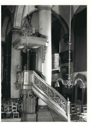 St. Amandskerk, Ingelmunster, de preekstoel en kerkmeesterbank