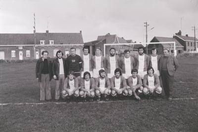 Voetbalploeg The Rangers showt nieuwe truitjes, Moorslede 1974