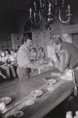 Rode Kruis wordt ontvangen op gemeentehuis, Moorslede juli 1974