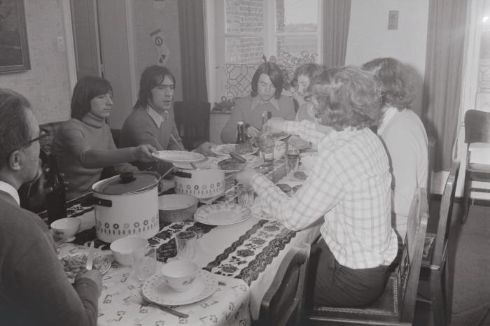 Jongeren aan tafel in pastorie Slypskapelle, mei 174