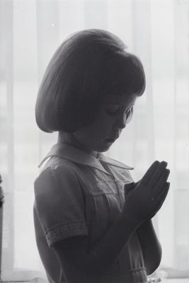 Foto's voor communieprentjes Ann Vanryckegem, Moorslede mei 1974