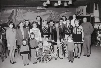 Dirk Gryson krijgt nieuwe fiets, Moorslede maart 1974