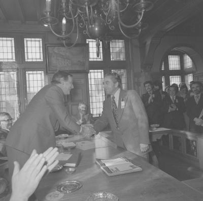 Afvaardiging van Kunst na Arbeid wordt ontvangen op gemeentehuis, Moorslede 1976