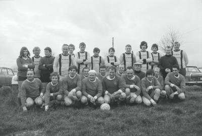 Voetbalspelers St. Pieter poseren met spelers tegenpartij