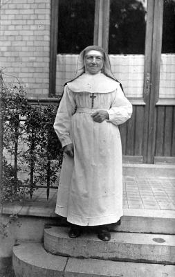 Poserende kloosterzuster, Izegem