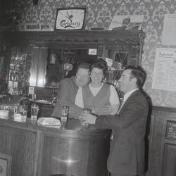 Angèle Louage met klanten, Moorslede maart 1973