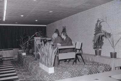 Mgr. Desmet spreekt voor oudervereniging, Roeselare maart 1973