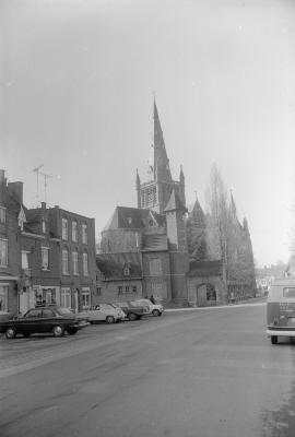 Straatzicht met kerk, Dadizele november 1972