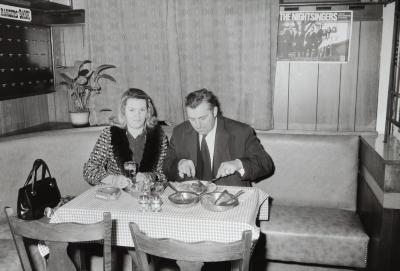 Man en vrouw in restaurant, Moorslede februari 1973
