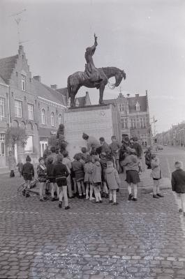 Spelende kinderen op markt, Moorslede oktober 1972