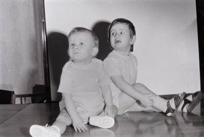 Wim Godderis met zusje, Moorslede april 1972