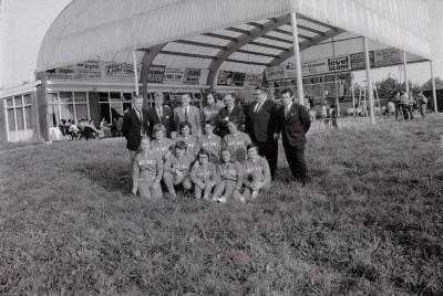 Volleybalteams op terrein Levet Scone, Moorslede september 1971
