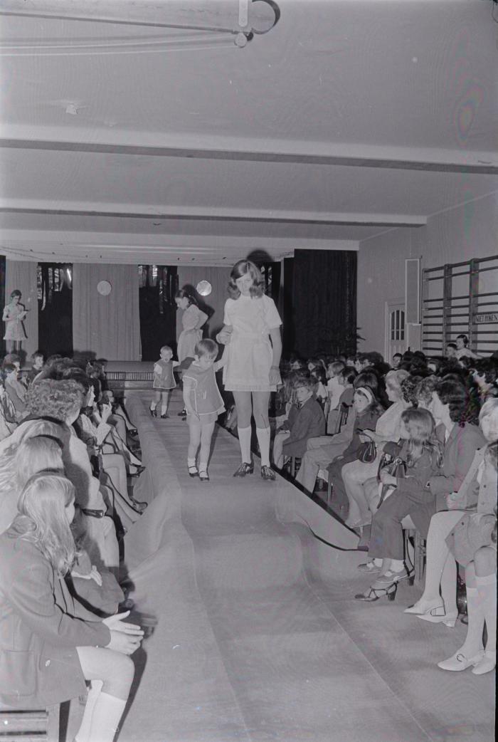 Ann (Vanryckeghem ?) tijdens modeshow, Moorslede mei 1971