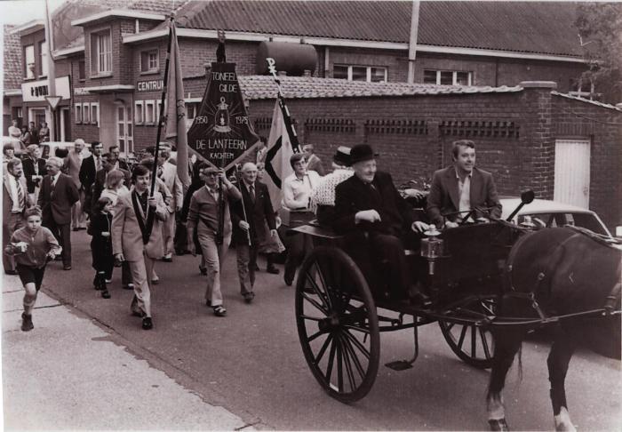Stoet met toneelvereniging op markt, Kachtem 26 september 1980