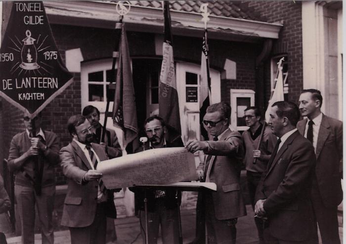 Voorzitter toneelgilde De Lanteern leest oorkonde van de Rosten van Kachtem, 26 september 1980
