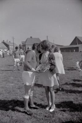 Spelers bij voetbalploeg The Rangers op veld Waterdam, Moorslede 1971