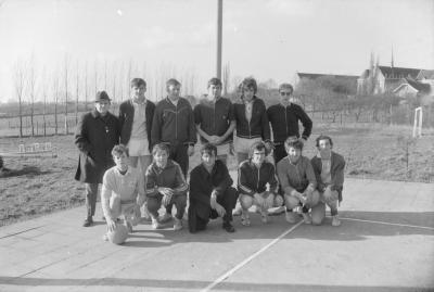 Groepsfoto met sporters, Moorslede februari 1971