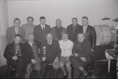 Groepsfoto met duivenkampioenen Callens, Moorslede 1970