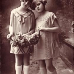 Beeldzijde nieuwjaarskaart, twee meisjes met bloemenmand, 1933
