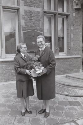 Kloosterzusters op stoep voor gemeentehuis, Moorslede 1969