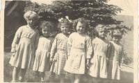 Foto 3de kleuterklas meisjes in de Hogestraat, Staden, 1957