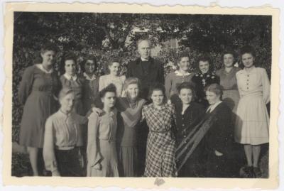 Groepsfoto met pastoor Rouseré