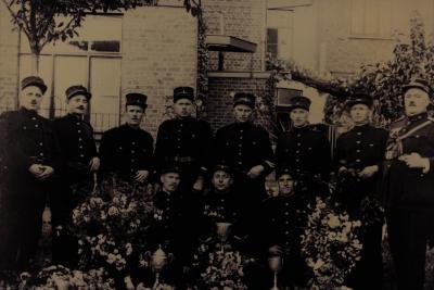 Groepsfoto, drie bekers gewonnen, 1929