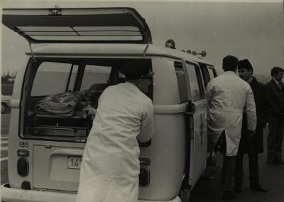 Eerste ziekenwagen door ministerie geleverd, 1964