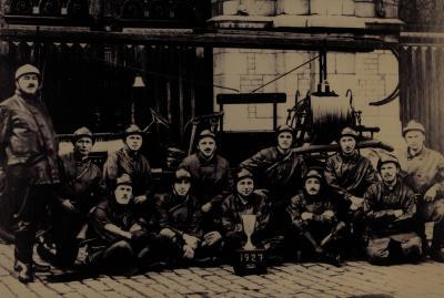 Groepsfoto eerste brandweerwagen, 1927