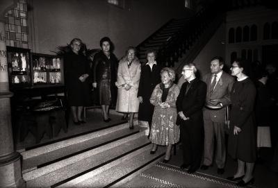 Jubileumfeest 50 jaar Davidsfonds: groepsfoto met kloosterzuster, burgemeester, pastoor en minister en e.a., Moorslede april 1978